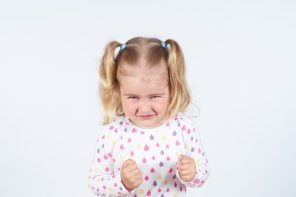 Ce fac când cel mic mă plesnește intenționat?