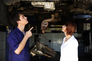 O femeie își duce mașina în service… (p)