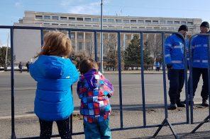 Are dreptul statul să amendeze părinții care și-au luat copiii cu ei la protest?