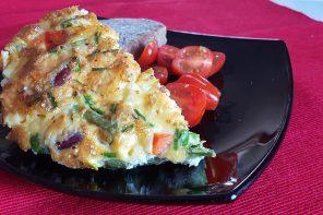 O idee de mic dejun bogat și sănătos: omletă cu legume, ton și brânză (p)