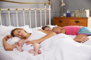Nu-i corect, dar e dovedit: fiecare copil aduce cu el o lipsă dramatică de somn, dar numai mamei