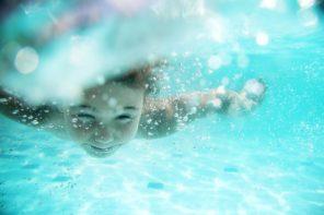 Nu lăsați copiii mici în baie sau la piscină singuri, niciodată!