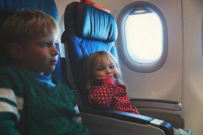 Câteva ponturi în plus pentru o călătorie plăcută cu avionul alături de copii mici