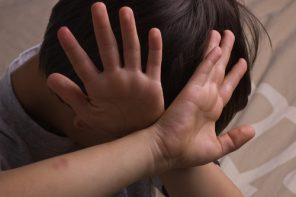 Tâmpenia anului în parenting: câtă vreme ne folosim mâinile pentru a mângâia copiii, e OK să le folosim și să-i lovim