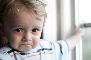 Jumătate dintre părinții din România cred că lovitul copilului e pentru binele lui