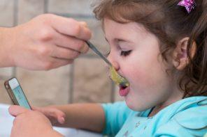 De ce nu e bine să-ți hrănești copilul cu un ecran în față?
