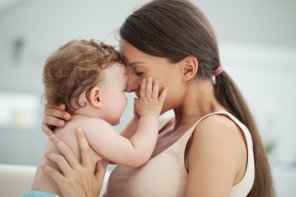 Știți mamele acelea care se includ în verbele care descriu acțiunile copiilor lor?