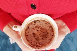 O ceșcuță de porțelan cu cafea pentru copii (p)
