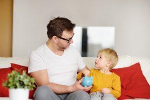 Copiii noștri și banii lor (sau despre cum am scăpat de stresul cumpăratului continuu de jucării)