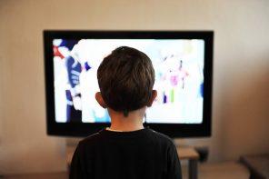 O cititoare întreabă: La noi TV-ul merge non-stop, crezi că e vreun pericol pentru copil?